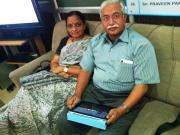 श्री विश्वनाथ अपना 16जीबी वाला आई-पैड दिखाते हुये। साथ में हैं श्रीमती विश्वनाथ।