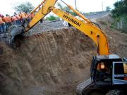 1. रेल यातायात रोक दिया गया है। मशीन से उस स्थान पर मिट्टी काटी जा रही है, जहां कॉक्रीट की चौखट फिट करनी है।