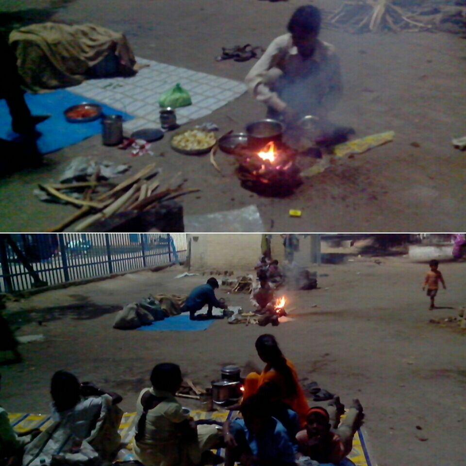 शाम को विन्ध्याचल स्टेशन के बाहर जले चूल्हे।