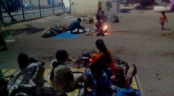 विध्याचल स्टेशन के बाहर नवमी की शाम भोजन बनाते तीर्थयात्री।
