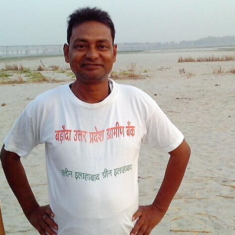 बड़ौदा उत्तर प्रदेश ग्रामीण बैंक की टी-शर्ट पहने गड्डी गुरू।