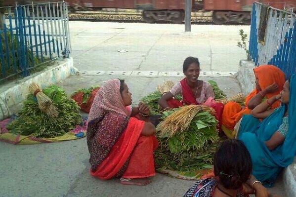 छिउल के पत्ते ले कर आयी महिलायें - मिर्जापुर स्टेशन पर बतियाती हुईं