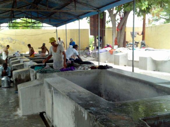 पानी के हौज जिनमें कपड़े भिगोये जाते हैं।