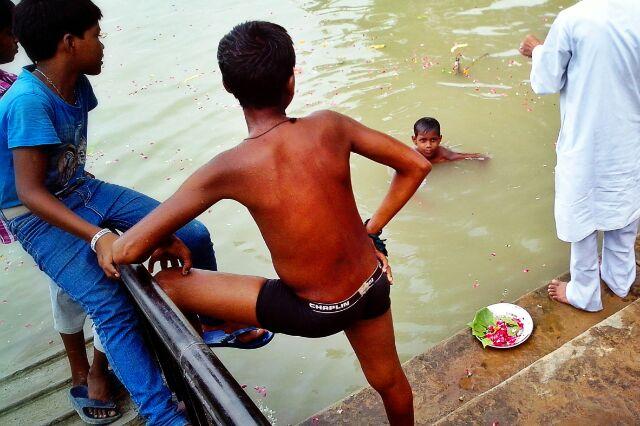 छोटा बच्चा पाने में तैरता-नहाता हांक रहा था - इत्ता बड़ा था सांप! मदारी पकड़ कर ले गया।