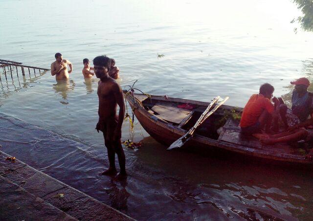 शिवकुटी घाट पर नाव लगा कर जवाबी हुंकार भरता लोगों की रक्षा के लिये तैनात मल्लाह।