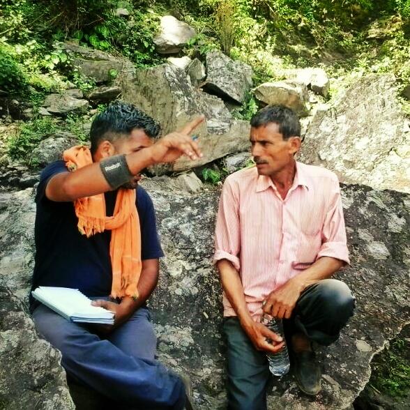 शैलेश पाण्डेय (बायें) के साथ रेलगांव निवासी धीर सिंह टिण्डूरी।  यह चित्र उस समय का है, जब शैलेश फाटा-रेलगांव में रोप-वे का निर्माण करने गये थे।