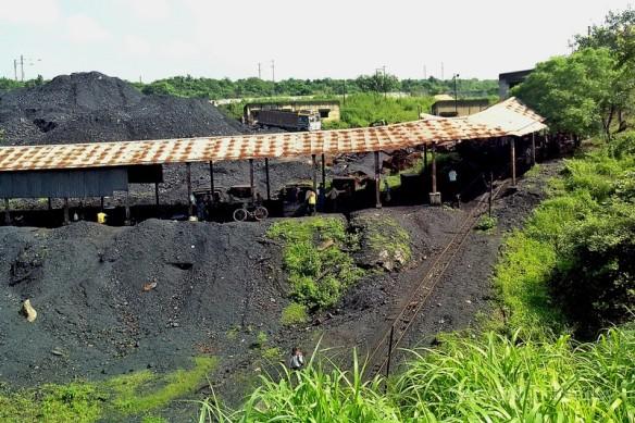 गोधर कोलियरी के बाहर का दृष्य। ट्रॉली की पटरी और कोयले का भण्डार दिख रहा है।