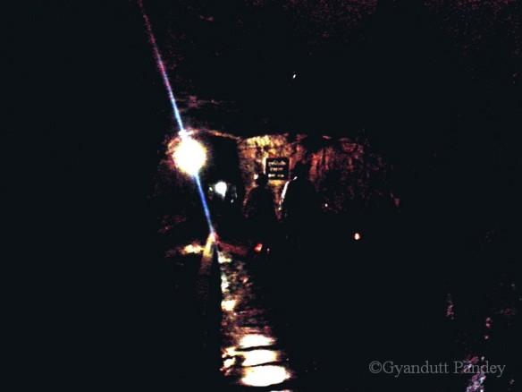 खदान के अन्दर रोशनी।