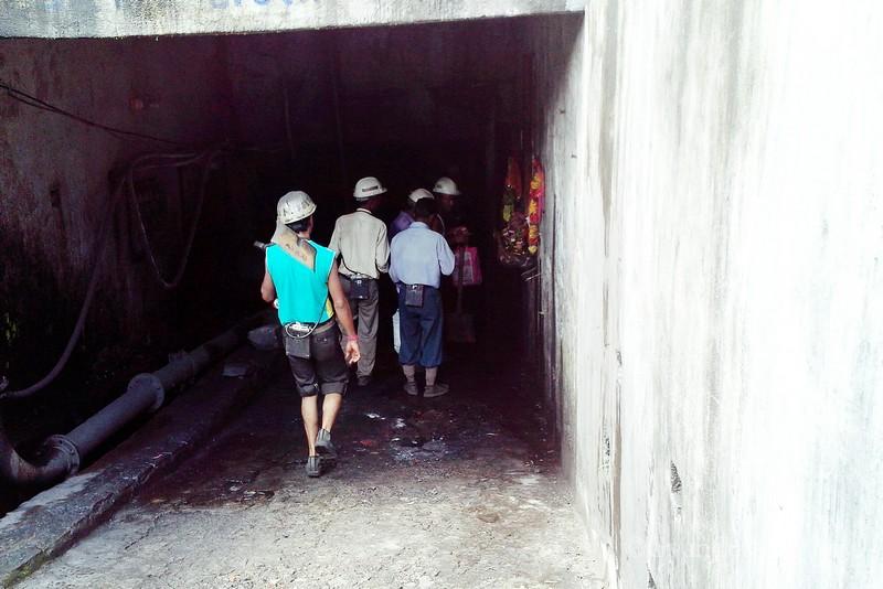 पाली बदलने का समय था। श्रमिक अन्दर जा रहे थे। साइड में जो पाइप दिख रहा है, उससे खदान में होने वाला पानी बाहर निकाला जाता है।