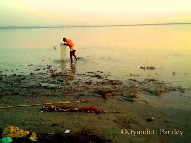 उथले पानी में वह तट के पास छोटी मछलियां निथारने लगा वह मछुआरा।