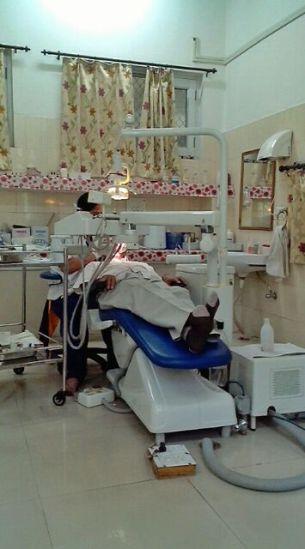 एक मरीज काअपने चेम्बर में दांतों का इलाज करती डाक्टर हाण्डू