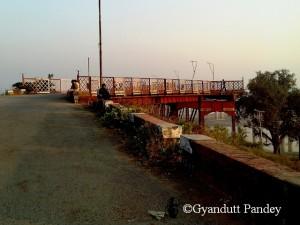 कर्जन ब्रिज का पहला स्पान दिख रहा है मोड़ पर।