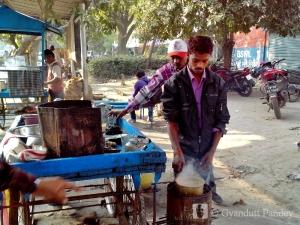 राजेन्द्र, चाय बनाता हुआ।