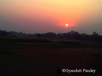 शाम कामायनी एक्स्प्रेस से लौटानी में बनारस से निकलने पर दिखा सूर्यास्त का दृष्य।