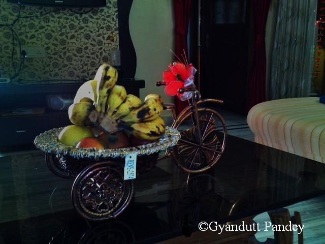 नाश्ते के बाद निधि द्वारा फल का आग्रह।