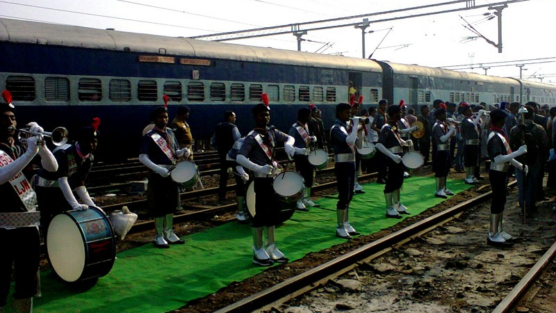 गोण्डा में बैण्ड से स्वागत।