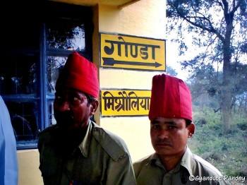 गोण्डा के पास लेवल क्रासिंग गेट पर टोपी पहने गेटमेन