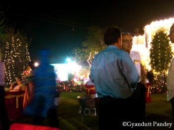 सफ़ेद कमीज में श्री प्रतुल लाहिड़ी।