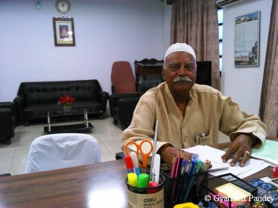 श्री आनन्द बहादुर सक्सेना - टाट का कुरता पहने।