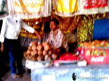 नारियल-चुनरी के दुकानदार। दुर्गाकुण्ड पर।
