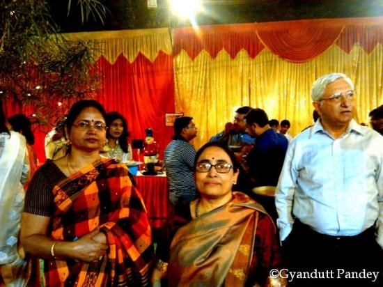 भोजन के समय श्री मैत्रा, श्रीमती मैत्रा और मेरी पत्नीजी।