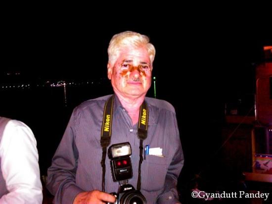 योगेन्द्र अपने निकॉन कैमरे के साथ