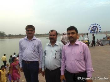 घाट पर मेरे सहकर्मी - बांये से - मिश्र, संजीव गुप्ता और मनीश।
