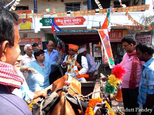 श्री रवीन्द्र पाण्डेय के चुनाव कार्यालय/घर के बाहर विद्यासागर चौहान की टमटम।