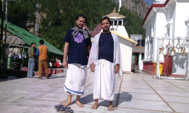 हर्ष (बांये) और शैलेश - वहां जहां भगीरथ ने गंगावतरण के लिये तपस्या की थी।