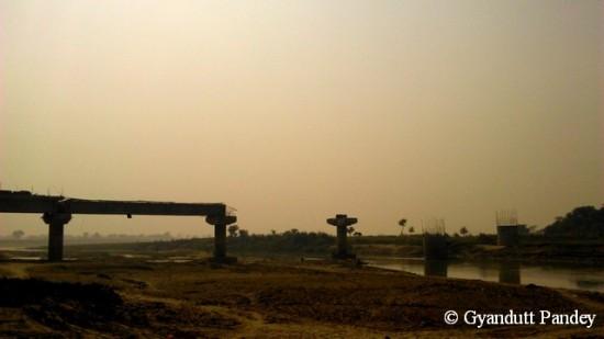 कंकरा नदी पर निर्माणग्रस्त सड़क पुल।