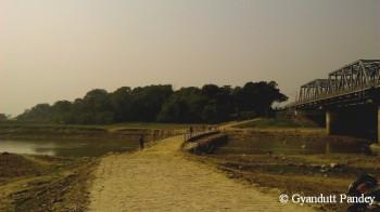 डोमिनगढ़ के पास ककरा नदी पर पॉण्टून पुल। दांयी ओर रेल पुल है।