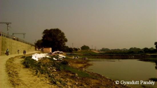 नदी किनारे धोबीघाट। कई धोबी घाट हैं यहां।