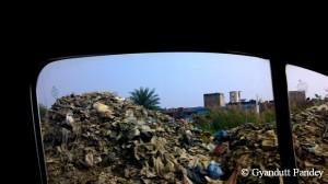 स्टेशन से नदी के रास्ते यह कचरा-अम्बार। वाहन का शीशा नहीं खोला वहां से गुजरते।