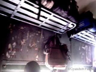 कंटिये से टांगा लोकल यात्री का बैग - झूलबे ना!