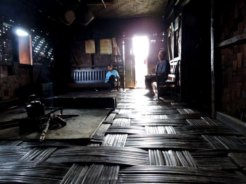 गांव के एक घर में फायर-प्लेस।
