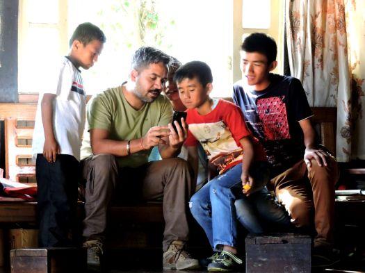 शैलेश के जवान मित्र। उंग्मा गांव में अतु के भतीजे।