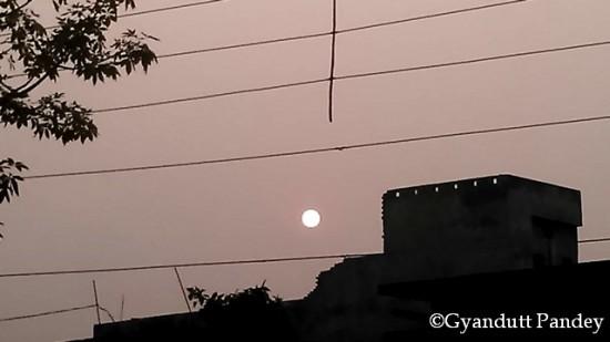 ढ़लता सूरज। क्षितिज भारत में है।