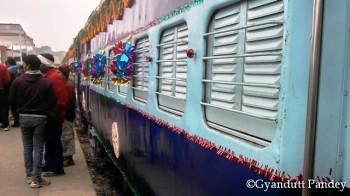 उद्घाटन के लिये सजी मण्डुआडीह-जबलपुर एक्स्प्रेस