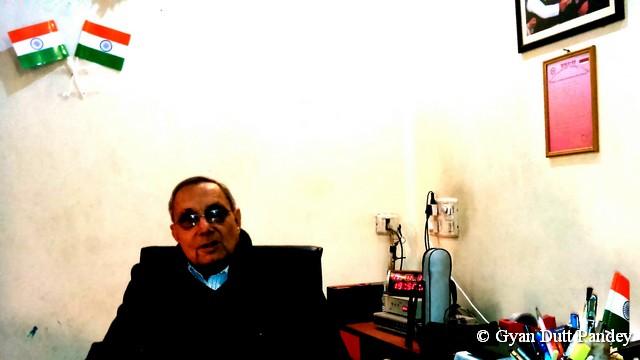 बातचीत में श्री लाहिड़ी।
