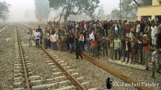 इंटियाथोक स्टेशन पर जमा भीड़।