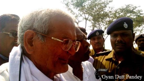 राजेन्द्र मिश्र, निरीक्षण स्पेशल के पास।