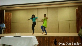 रतलाम कण्ट्रोल कर्मियों की बच्चियों का नृत्य।