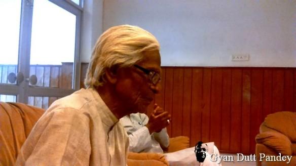 मैने श्री गुप्ता के पास बैठ कर उनसे उनके बारे में पूछना बेहतर समझा।