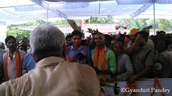समारोह के दौरान जनता से बोलते-बतियाते श्री मनोज सिन्हा।