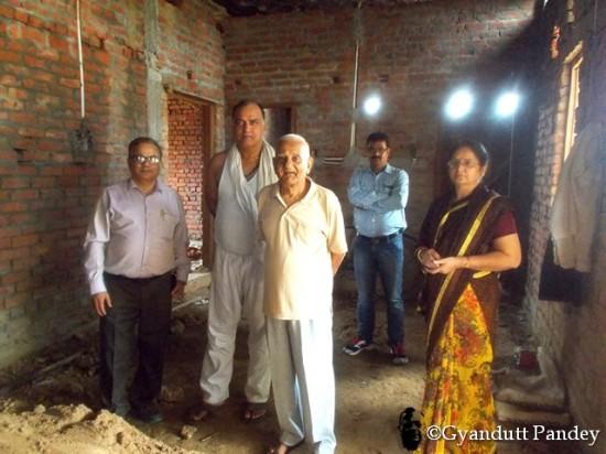 बनते मकान को देखने पंहुचे। बायें से - मैं, शैलेन्द्र, पिताजी, अरुण (मेरे वाराणसी मण्डल के सहकर्मी)  और रीता।