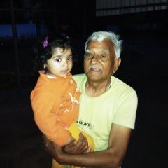 पिछले अप्रेल महीने में मेरी पोती  पद्मजा को गोद ले कर खड़े पिताजी।