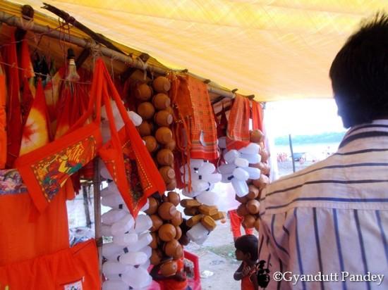दुकान में बिकती कांवरियों की सामग्री