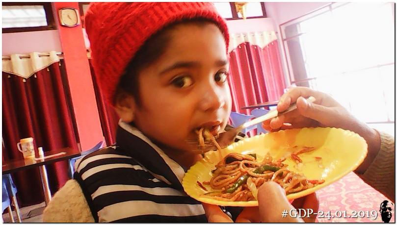 महराजगंज कस्बे के रेस्तराँ में चिन्ना (पद्मजा)पांड़े