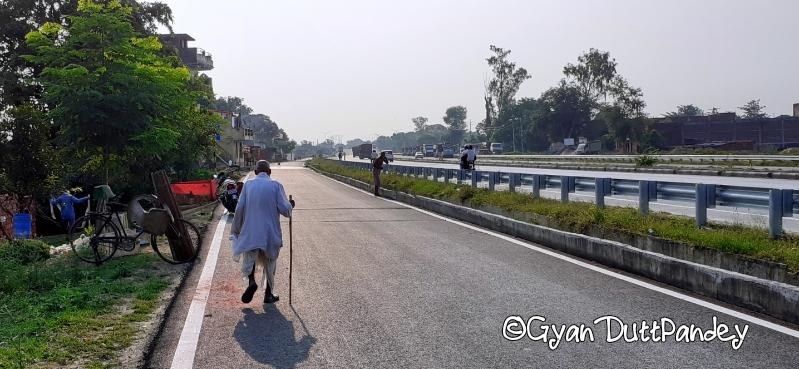 पैदल जाते भरतपटेल